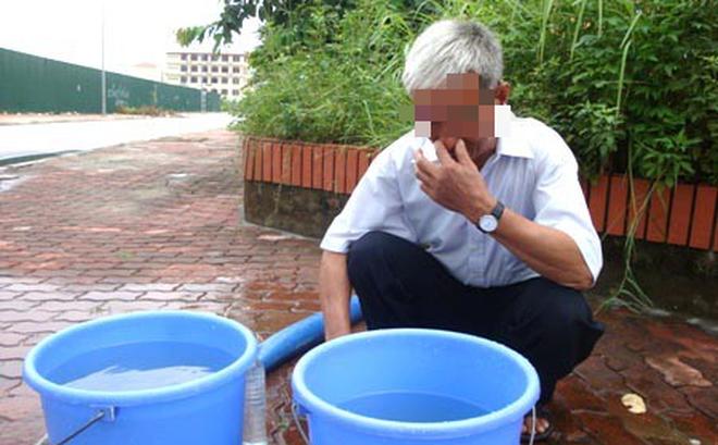 Nước sạch ở nhiều khu vực tại Hà Nội xuất hiện 'mùi rất hắc, sộc lên gây khó chịu'